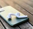 3 tipy, ako zabrániť vypadávaniu bezdrôtových slúchadiel z uší